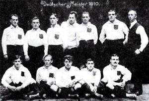 Meistermannschaft des KFV 1910 mit Julius Hirsch - untere Reihe, zweiter von rechts (Quelle: von unbekannt - scan. Wikimedia Commons)