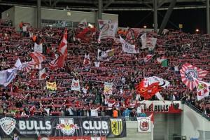 Trotz stattlicher Kulisse auch schon negativ aufgefallen. Fans von Rasenballsport (Quelle. www.der-betze-brennt.de)