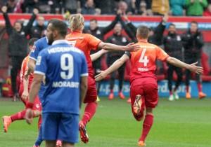 Beflügelt - Willi Orban jubelt nach seinem frühen Kopfballtreffer zum 1:0 © thof
