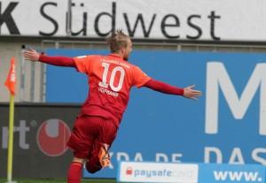 Schwungvoll - nach DFB-Einsatz nur Bankdrücker und dann Joker mit Torinstinkt. Philipp Hofmann nach dem Treffer zum 4:0 © thof