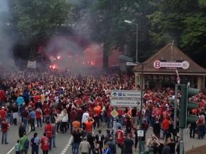 Fanmarsch - tausende auf dem Weg zum Empfang der Mannschaft ©mg