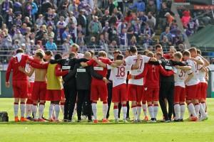 Zusammenrücken und einschwören auf kommende Woche, die Mannschaft nach dem Spiel. Quelle: www.der-betze-brennt.de
