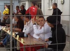 Spaßvögel hinter Gittern. André Formitschow, Michael Schulze und  Tim Heubach verfolgen die Partie...oder auch nicht (©mg)