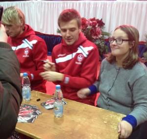 ...Tim Heubach mit Torschütze Maurice Deville bei der  Autogrammestunde (©mg)