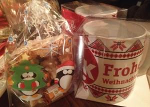 Präsent zur Weihnchtsfeier - FCK-Tasse und Süßes (©mg)
