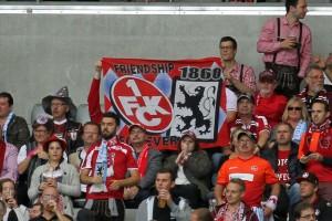 Symbole der Fanfreundschaft beim Hinspiel im letzten Jahr (Foto: www.der-betze-brennt.de)