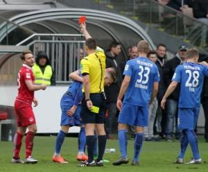 Kurz vor dem Ende noch gelb-rot für den Kapitän Daniel Halfar (©thof)