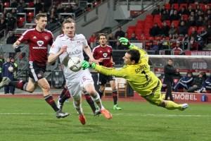 Ein zweiter Treffer blieb dem einsatzfreudigen isländischen Stürmer versagt (Foto: www.der-betze-brennt.de)