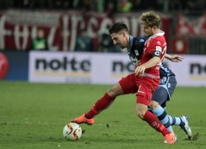 FCK gegen TSV 1860 München Daniel Halfar im Zweikampf mit Milos Degenek (Foto: Thomas Füssler)