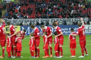 """Spruchband """"Meinungsfreiheit für Fußballfans"""" (Foto: www.der-betze-brennt.de)"""