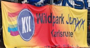 Zaunfahne des schwul-lesbischen Fanclubs aus Karlsruhe (Foto:Wildparkjunxx)