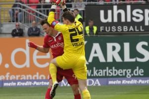 Wurden während der 90 Minuten sicher keine Freunde, Lukas Görtler und Keeper René Vollath. (Foto: Thomas Füssler)