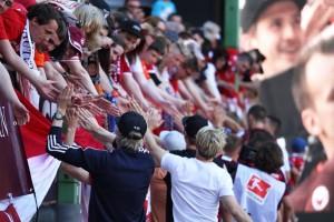 Die Mannschaft verabschiedet sich von ihren Fans (Foto: www.der-betze-brennt.de)