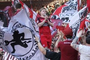 Jean Zimmer unter den fans auf der Westtribüne (Foto: www.der-betze-brennt.de)