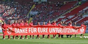 Die Mannschaft bedankte sich schon vor der Partie (Foto: www.der-betze-brennt.de)