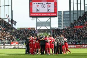 Betretene Stimmung bei der Mannschaft am Ende (Foto: www.der-betze-brennt.de)