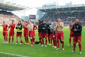 Applaus vor dem Gästeblock (Foto: www.der-betze-brennt.de)