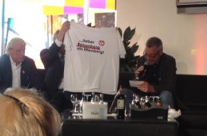 """Sorgte 1991 für viel Erheiterung - T-Shirt mit Aufdruck """"...lieber Betzenberg statt Effenberg"""" (Foto: mg)"""