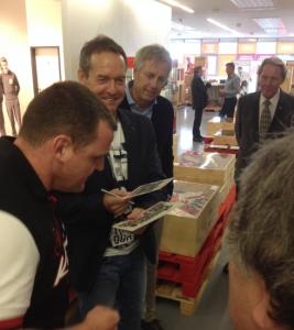 Immer noch gefragt für Autogramme, Tom Dooley und Rainer Ernst (Foto: mg)