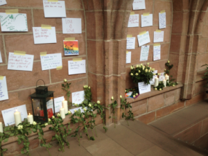 Eine Woche Ort des Gedenkens an der Stiftskirche; Mahnwache für die Opfer in Orlando (Foto: mg)