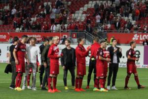 Die Mannschaft wird trotz deftiger Niederlage von der Kurve respektvoll und aufmunternd verabschiedet (Foto: www.der-betze-brennt.de)
