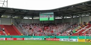 """Gut gefüllter Gästeblock unter dem Motto """"Alle in weiß nach Halle"""" (Foto: www.der-betze-brennt.de)"""