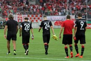 Niederlage im Pokal, die Mannschaft auf dem Weg in die Kabine (Foto: www.der-betze-brennt.de)