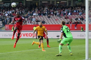 Die Entscheidung per Kopf zum 3:0, Jaques Zoua (Foto: www.der-betze-brennt.de)
