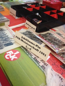 Auch Jubläumspins gab es zu kaufen (Foto: mg)