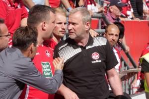 Sportdirektor Uwe Stöver in hitzigen Gesprächen mit erbosten Fans (Foto: Thomas Füssler)