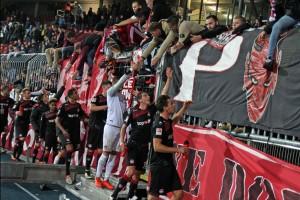Trotz Frust-Ergebnis, der Zusammenhalt mit den Fans scheint noch zu funktionieren (Foto: www.der-betze-brennt.de)
