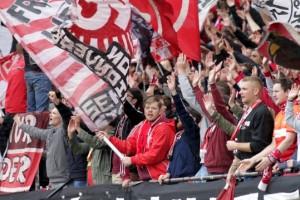 FCK gegen Arminia Bielelfeld Noch stehen die Fans in der Westtribüne hinter der Mannschaft (Foto: Thomas Füssler)