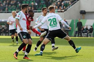 Gegen drei Gegenspieler behautpet und doch getroffen, Osayamen Osawe (Foto: www.der-betze-brennt.de)