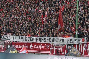 Spruchband zur Erinnerung an den diese Woche verstorbenen ehemaligen Kapitän des FCK, Hans-Günter Neues (Foto: www.der-betze-brennt.de)