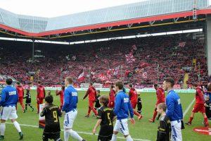 Trotz magerem Derby-Zuspruch, die Westtribüne war gut gefüllt gestern (Foto: www.der-betze-brennt.de)
