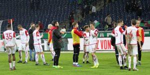 Nach dem Schlusspfiff, Enttäuschung bei den Spielern, aufmunternder Applaus von den Fans (Foto: Foto: www.der-betze-brennt.de)