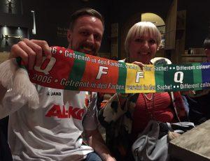 Prominentes Augsburger Neumitglied: Claudia Roth mit ihrem neuen bunten Schal. Stefan Sónyi von der Bunten Legion freut sich auch. (Foto: mp/ Stefan Sónyi)