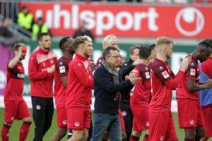 Führte die Mannschaft nach dem Spiel vor die Westtribüne; Trainer Norbert Meier (Foto: Thomas Füssler)
