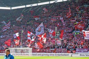 Gut gefüllte Westtribüne bei insgesamt leider nur 21.812 Besuchern (Foto: www.der-betze-brennt.de)