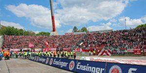 Heimatmosphäre - rund 5.000 Anhänger in rot und weiß waren dem FCK in den Wildpark FCK-Heimspiel gefolgt (Foto: www.der-betze-brennt.de)