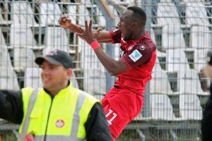 Die Entscheidung! Jaques Zoua jubelt über das 3:1 (Foto: www.der-betze-brennt.de)