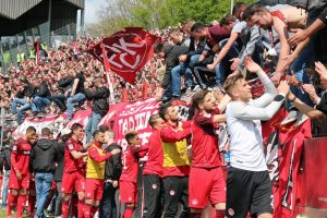 Dank der mannschaft an die Fans für die Unterstützung (Foto: www.der-betze-brennt.de)