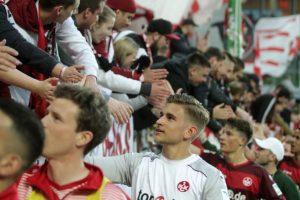 Fans und Spieler feiern vor der Westtribüne (Foto: Thomas Füssler)