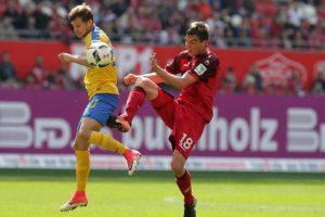 Couragierter Einsatz; Christoph Moritz im Duell mit EX-FCK-Spieler Hendrick Zuck (Foto: Thomas Füssler)