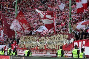 Banner vor der Westtribüne. Symbol für den Riss zwischen Fans und Mannschaft (Foto: Thomas Füssler)