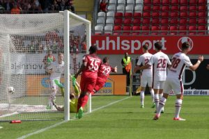 Das 1:0 für den 1.FCK durch den direkt verwandelten Eckstoß von Daniel Halfar (Foto: Thomas Füssler)