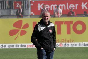 Skeptischer Blick beim Betrachten der Saisonleistung, Sportchef Uwe Stöver (Foto: Thomas Füssler)
