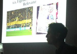 Philipp Reis mit Bildbeispielen zu seinen Rechercheergebnissen (Foto: mg)