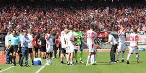 Trinkpause mit nachdenklichem Coach (li.) und engagiertem Co. (Foto: www.der-betze-brennt.de)
