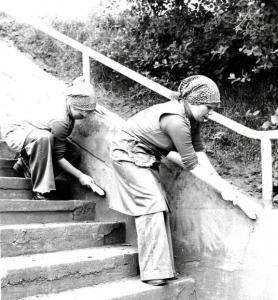 Unsere Edith und Helga beim Arbeitseinsatz vor 40 Jahren und... (Foto: ed)